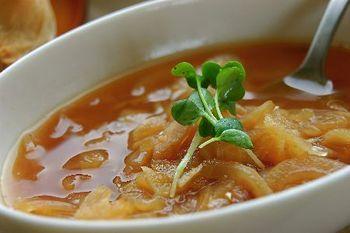 """""""スープの素""""は、玉葱を飴色になるまで炒めた""""オニオンペースト""""。朝はこの""""スープの素""""をお湯で伸ばすだけ。  玉葱の旨味が凝縮した""""オニオンペースト""""は、カレーやシチュー等、他の料理でも使えます。ペーストの作り方も簡単。たくさん作って冷凍保存しておきましょう。"""