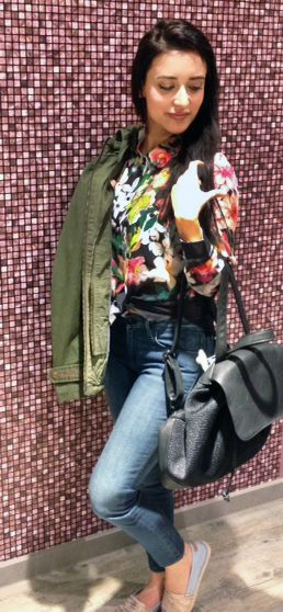 Outfit der Woche! Bluse mit Floral Print: Guess - Jacke & Jeans: Hilfiger Denim – Espadrilles: Replay – Rucksack: Pieces #fashion #ootw