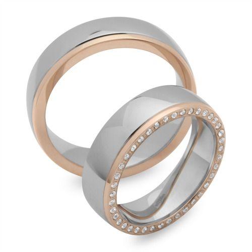 Exklusive Edelstahl Eheringe der Marke Unique Steel in 6mm Breite mit Vergoldung. Die Stärke der Vergoldung beträgt 5 Micron und wurde mit dem IPG-Verfahren (Ionic Plating Gold) veredelt. Die angebotenen Edelstahl Trauringe sind von Innen abgerundet, wodurch sie sich sehr angenehm tragen lassen. Das Angebot bezieht sich auf beide Eheringe und beinhaltet eine kostenlose Innengravur und ein Gratis-Etui. Die Ringe können auch als Verlobungsringe, Partnerringe oder Freundschaftsringe getragen…