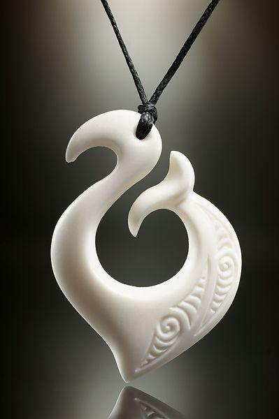 Knochen Hei Matau Symbol Schmuck Anhänger mit Gravur. Designed by Jackie Tump.