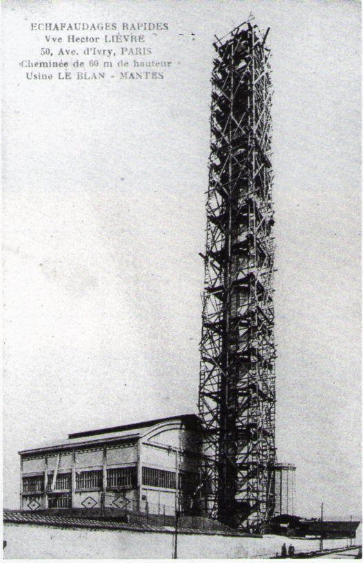 Les travaux de rehaussement de la cheminée de la centrale électrique de la filature Le Blan. Dorénavant, elle culminera à 69 mètres. (archives association La Machinerie ou mairie de Mantes-la-Ville)