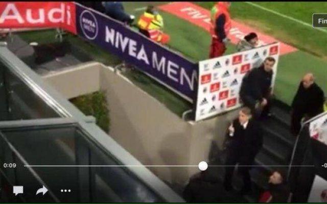 Mancini, alza il dito medio ai tifosi del Milan [FOTO] Questa immagine che stiamo per mostrarvi ha iniziato a circolare prima del fiscio di chiusura del match tra Milan ed Inter. Mostra il tecnico mancini, espulso dal campo dall'arbitro, che alza il dito #mancini #inter #milan