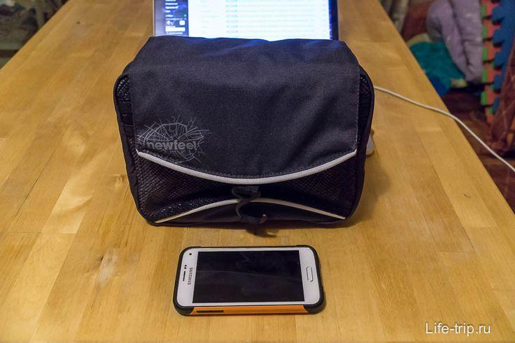 Чуть ранее я уже писал про огроменный чемодан, который Cochlear предоставляет вместе с РП. Данный чемодан не особо подходит для хранения аксессуаров и запчастей, и тем более не подходит для поездок. Компактным и дешевым решением этого вопроса является косметичка Newfeel из Декатлона за 700 руб. В нее прекрасно входит сушка электрическая (блок питания внутрь сушки кладется), зарядка для аккумуляторов, пульт управления, чехол с РП и другие мелочи.