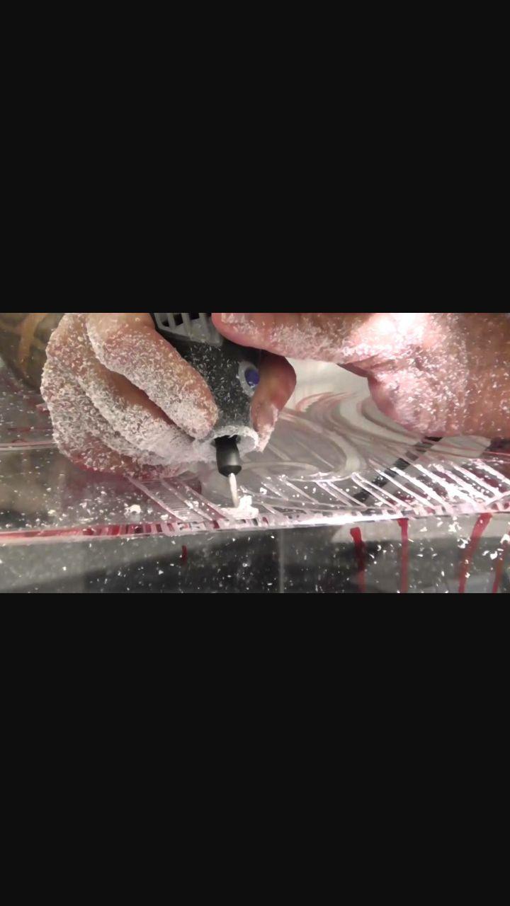 Voici le travail réalisé par le plasticien George Nuku. Il n'utilise que des outils comme celui-ci pour travailler le plexiglas ou le plastique. Cette matière l'attire et elle ne demande qu'à être travaillée. Il se bat contre la pollution des océans en montrant aux gens que ce plastique peut être recyclé d'une manière originale et intéressante. George Nuku creuse une vitrine de plexiglas qui va représenter Atua, un dieu sacré de Polynésie. I.R