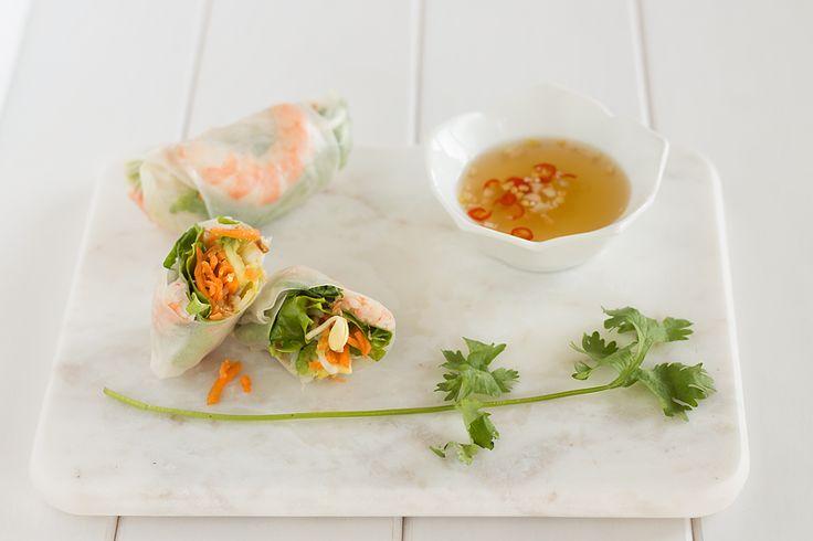 Receta de rollos frescos de ensalada. Un plato tan refrescante, donde el crujiente interior y la alegría de la salsa no te deja indiferente
