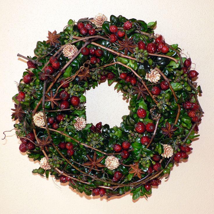 Vánoční věnec na dveře Průměr věnce je 30cm.Věnec je vyroben z buxusu dozdoben révovým proutím,šípky, badyánem a šiškami.