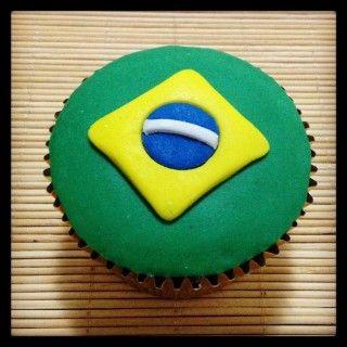 Cupcake Bandeira do Brasil   Cupcake inspirado na bandeira do Brasil coberto com pasta americana, massa do bolo e recheio de sua preferência.