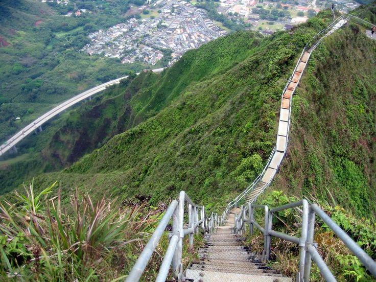Les escaliers de Haiku ou escalier au ciel, sur l'île de Oahu, construits au départ pour réaliser une et station par radio navale LORAN dans les années 40. Les escaliers ont été officiellement fermés en 1987. Si une arrestation ne vous effraie pas, vous pouvez toujours tenter de franchir cette trainée.