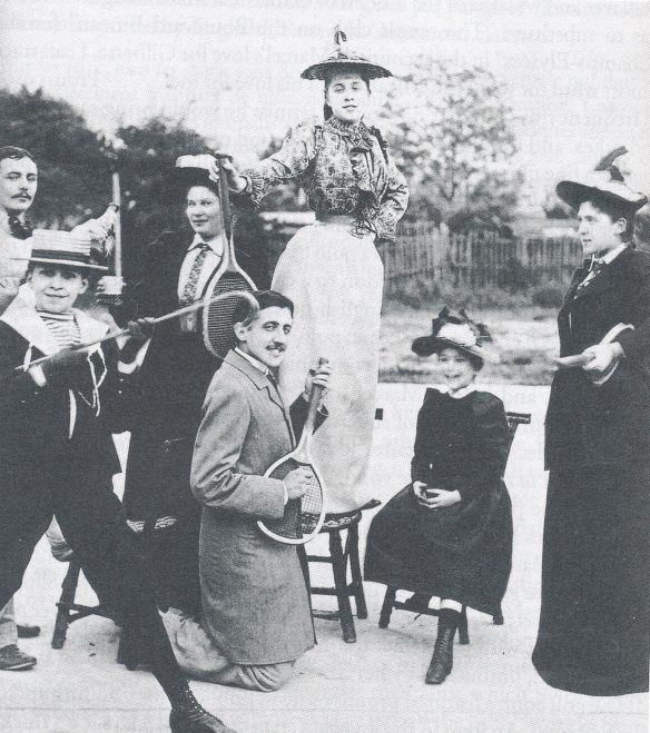 Marcel Proust playing air-guitar with a tennis racket on the opening day of Wimbledon ca.1892  Vía Vía  Fuente
