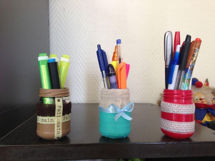 Pots à crayons DIY Des pots de sauce recyclés avec du masking tape, de la peinture et du sable coloré!