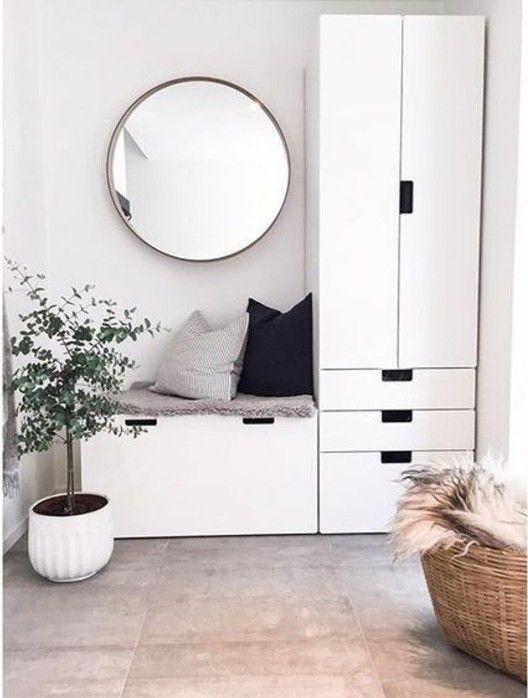 Flur eingerichtet Flur in weiß mit rundem Spiegel grüne Pflanze