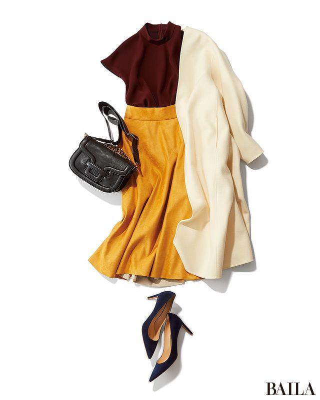 とろみブラウス×フレアスカートのきれいめコーディネートの鮮度を上げたい日は、ボルドーとイエローを選んで色で遊んで。足もとを落ち着いたブルーで仕上げれば、3色MIXもおしゃれなムードに。たっぷりカラーを使ったこんなスタイルにはおるコートは、ミルキーなホワイトを選ぶのが正解。他の色を・・・