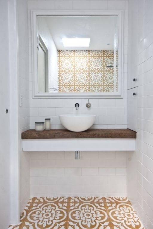 Wąska łazienka z umywalką i lustrem - Inspiracje wnętrz - Wnetrzarium.pl