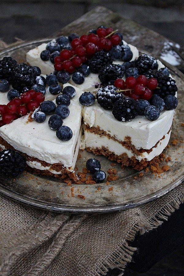 [ Pepparkakscheesecake med färska bär ] Botten: 40 st pepparkakor / 1 msk socker / 70 g smör. Fyllning: 400 g philiadelpiaost / ½ dl kondenserad mjölk / 2 dl grädde / 3 äggulor / 1 msk vaniljsocker / 1½ dl strösocker. Garnering: färska bär (blåbär, björnbär, vinbär)