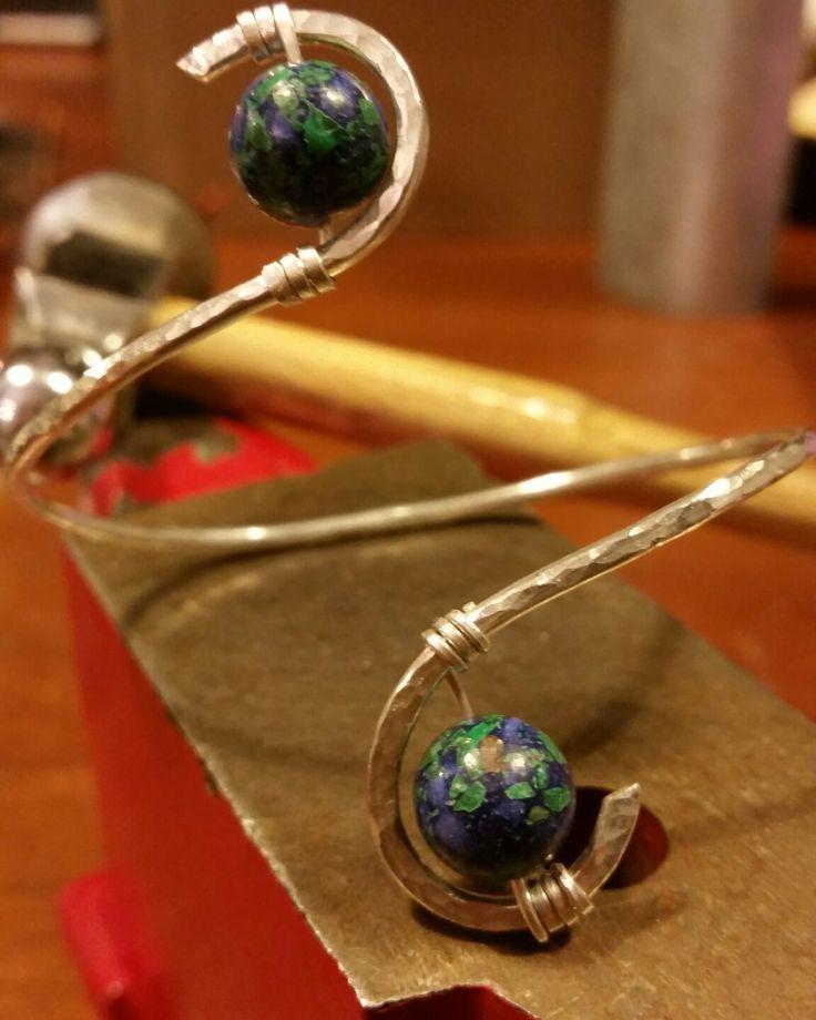 Bracciale in argento battuto e azzurrite #argento #Silver #handmadejewels #energystone #wirewrap #wirewrappedjewelry #cristalloterapia #crystaltherapy  Su Facebook Intrecci Cristallini
