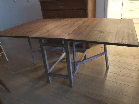 Ett otroligt vackert gammalt slagbord med ursprung i Skåne. Inköpt i antikhandel på Österlen. Nu ryms det inte hos oss längre. 172 cm långt med båda klaff...