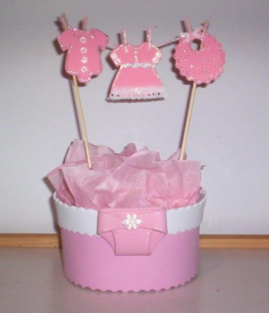 Mira estos llamativos centros de mesa para un baby shower con forma de tendedero lleno de pequeñas ropas de bebé. El procedimiento para hac...