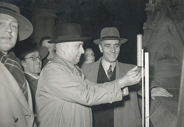 22-04-1950. Afbeelding van het afsteken van een vuurpijl door hoofdcommissaris R.W. van Eijk van politie op de Domtoren te Utrecht, ter gelegenheid van de viering van St. Jorisdag en het 40-jarig bestaan van de N.P.V. (Nederlandse Padvinders Vereniging).
