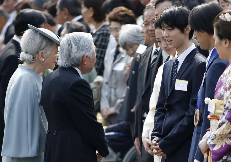 Japan's Emperor Akihito (L) and Empress Michiko (2nd L) meet with Sochi Winter Olympics figure skating gold medallist Yuzuru Hanyu (3rd R) along with ski jumping silver and bronze medallist Noriaki Kasai (2nd R) and snowboard silver medallist Tomoka Takeuchi at a spring garden party at the Akasaka Imperial Garden in Tokyo April 17, 2014. REUTERS/Toru Hanai (JAPAN - Tags: ROYALS SPORT)