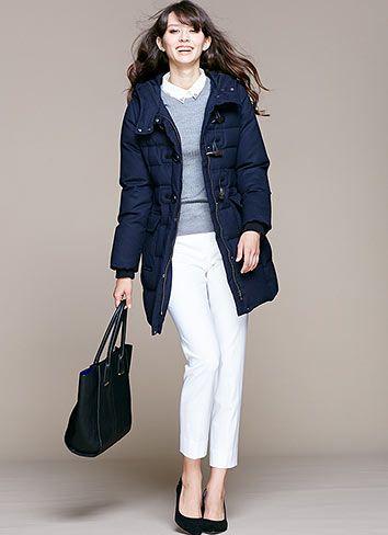 紺ダウンコート×白ジーンズはオフィスも◎な知的好印象コーデ♪アラフォー(40代)女性向けのおすすめのスキニージーンズコーデ♪
