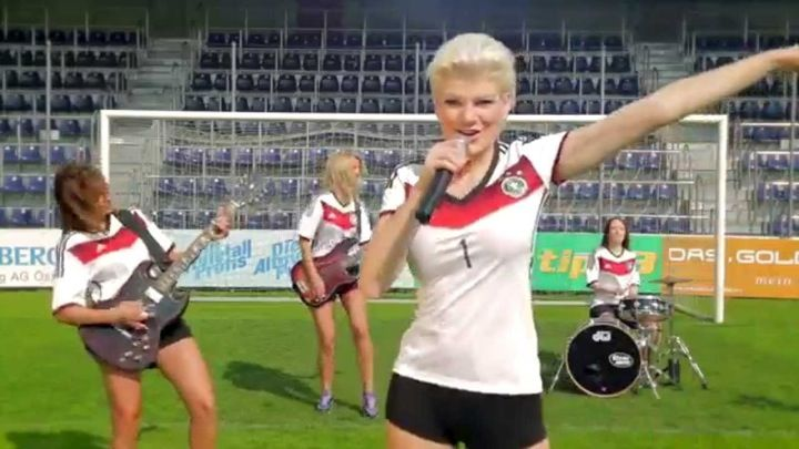 Deutschland schließt ein Tor, schießt ein Tor, schießt ein To-o-r… und so weiter und so weiter. Der Fussball Song von Melanie Müller, zur Fußball WM 2014 in Brasilien, scheint zwar nicht durch große Texte aufwarten zu können, der Text ist jedoch so einfach und so kurz, den kann man bestimmt nach dem ein oder anderen …