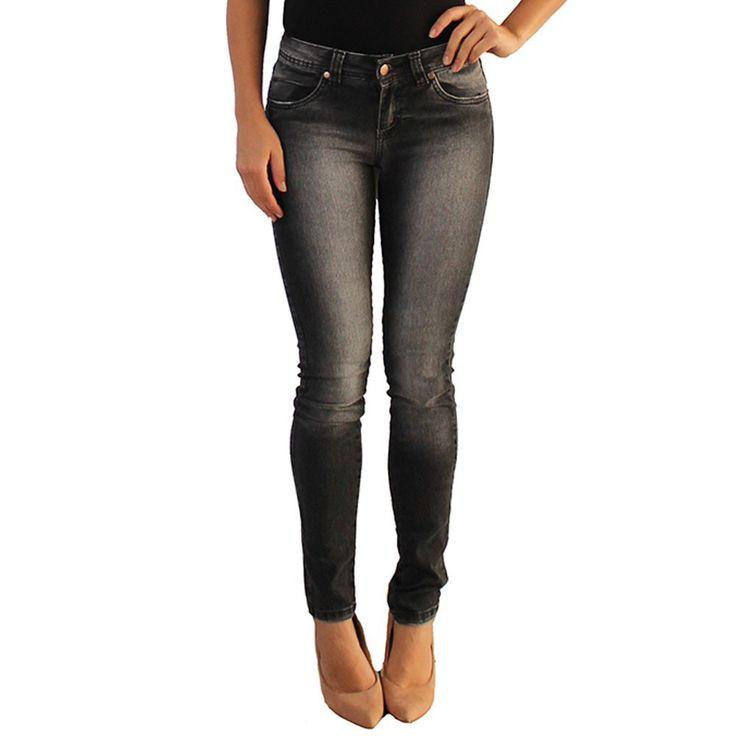 Calça jeans versatti Bia - Calça feminina modelo skinny, confeccionada em jeans. Lavagem escura, com passantes no cós para melhor ajuste, fechamento por botão e zíper no entremeio, bolsos na frente e na parte de trás, acabamento em costura no tom, cintura alta e etiqueta da marca.A calça skinny é a bem justinha em todo o seu comprimento. Ela é muito versátil, fica bem em todos os tipos de corpos, combina com todos os tipos de roupa e é um item fundamental no guarda-roupa da mulher moderna…