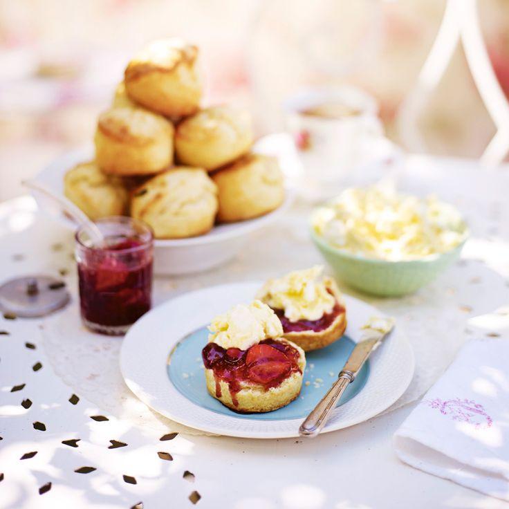 Nygräddade scones är ett måste om du ska bjuda på afternoon tea. Servera dem gärna rykande varma tillsammans med jordgubbssylt och marängkräm med grädde.