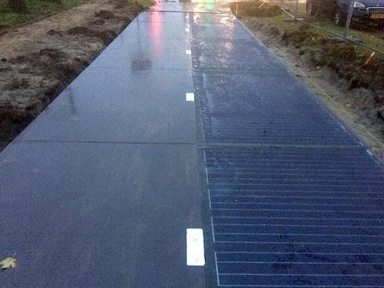 In den Niederlanden wird in wenigen Wochen die erste Solarstraße der Welt eröffnet: Ein 70 Meter langes Stück Radweg in der Gemeinde Zaanstad nördlich von Amsterdam ist dann mit robusten Solarmodulen bestückt, die Strom erzeugen. Das ist aber erst der Anfang: Auch Autostraßen sollen in den Nie...