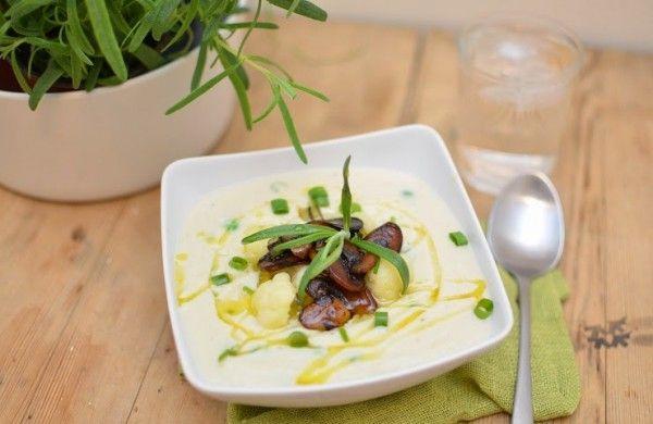 Kremet blomkålsuppe med soyastekt sopp og erter. vegansk suppe. Frsike urter, hvitløksolje, champignon, blomkål, vårløk.