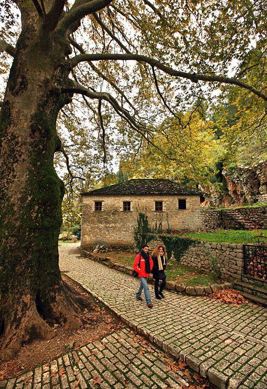 "De streets of de village ""Nisaki"" (""Little Island"" in Greek), de island of de lake of Ioannina (Pamvotis Lake). Ioannina, Epirus_ Greece"