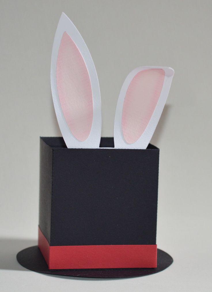 Caixa Coelho na cartola em papel color plus 180gr. Ideal para colocar doces e lembranças diversas. <br>Pode ser produzida em tamanho maior e outras cores. Entre em contato.