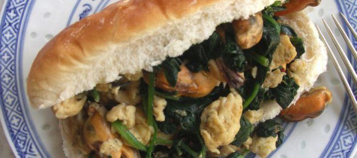 Smørrebrødbroodje met mosselen, spinazie en roerei | Lekker Tafelen