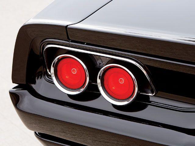"""Tweet Tweet Customização muito bem feita no Dodge Charger R/T 472 Hemi 1970, que recebeu novas rodas aro 19 de perfil mais largos e que permitem uma maior tração de seu """"motorzinho"""" e uma pintura preta com detalhes laranja. Além disso, ele é empurrado por um motor V8 472 Hemi com 525 cavalos alimentados por ..."""