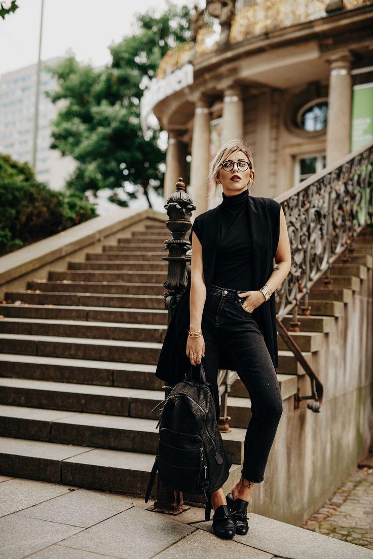 Auf ewig Schwarz | Fashion Blog from Germany. Black turtleneck sleeveless top+black cropped jeans+black flat mules+black long vest+black backpack. Lat...