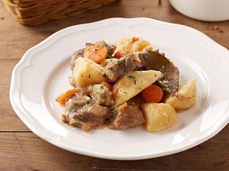 . Le plat national Irlandais, appelé « Irish Stew », est un ragoût de mouton et pommes de terres en proportions égales, avec des oignons et parfois d'autres légumes. Cette version au boeuf est celle que j'ai apprise de ma mère.