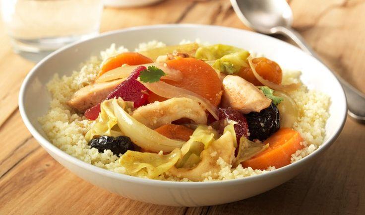 Couscous met gestoofde groenten, gedroogde vruchten en kip. Ingrediënten: -      75 g tutti frutti (gedroogde zuidvruchten) -      150 g winterwortel -      150 g spitskool -      1 ui -      150 g kipfilet -      3 el Becel met een vleugje olijfolie (30 g) -      0,5 el marokkaanse kruiden -      0,5 el kippenbouillonblokje -      150 g couscous -      15 g verse koriander