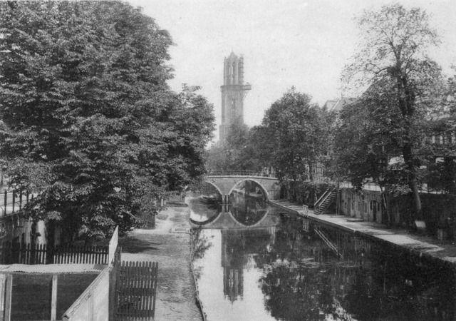 1915. Gezicht op de Oudegracht te Utrecht met aan weerszijden werven en op de achtergrond de Weesbrug en de Domtoren.