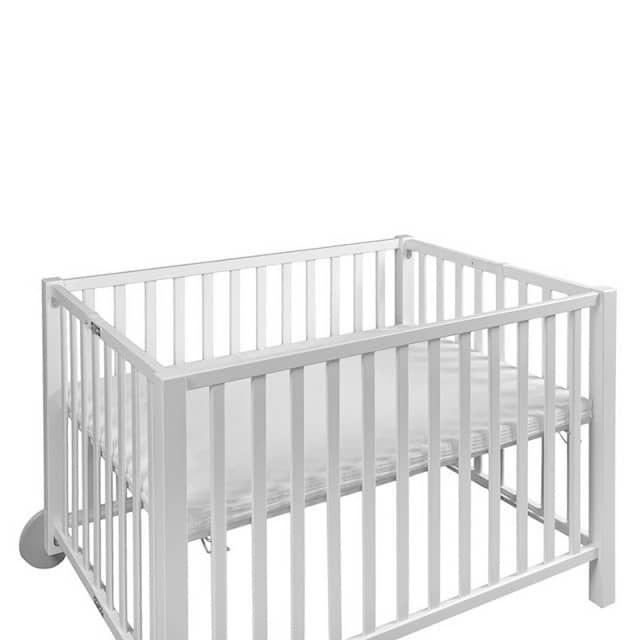 """Die passende Kaltschaummatratze für den Isle od Dogs Laufstall ist auch für Allergiker geeignet. Der Bezug aus Waffelpiqué mit Bändern zum Festbinden ist leicht abnehmbar. Die offenporige Zellstruktur des Kaltschaum-Kerns sorgt für eine gute  Durchlüftung. Das Material wird jährlich auf Einhaltung des  """"ÖKO-Tex-Standards 100 Klasse 1 für Babys geeignet"""" geprüft! Qualität made in Germany! Öko-Test: sehr gutMaße: 83x110 cm"""