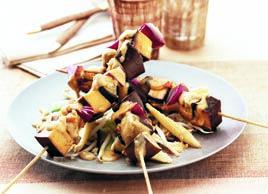 Peu banales, cette recette végétarienne de brochettes de tofu et sate associent des légumes riches en sels minéraux et en fibres aux bienfaits santé du soya, une source de protéines totalement dépourvue de cholestérol : le meilleur des deux mondes, en somme ! Apprêtez-les sur le gril, accompagnées de leur sauce et de pain pita.