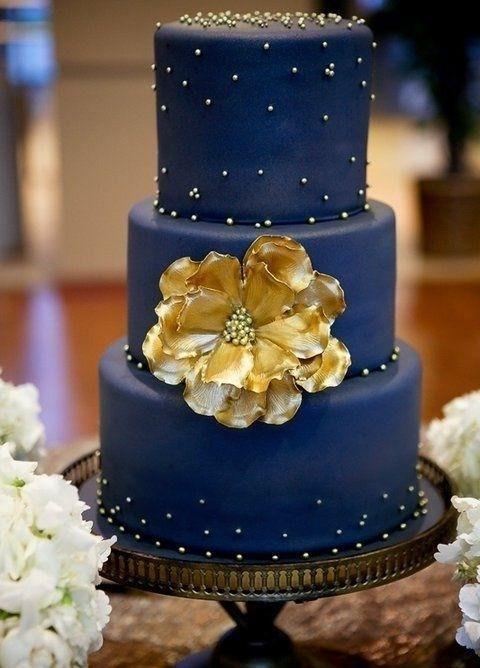 Mariage bleu marine et or : le wedding cake / gâteau de mariage