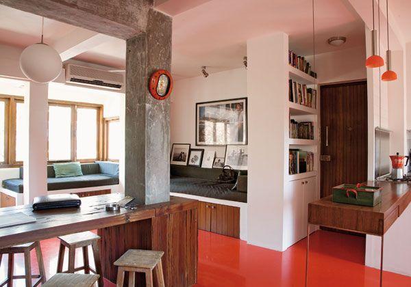 A Mumbai, una casa che si contrappone al caotico disordine cittadino con semplicità funzionale, senza cadere nella trappola del minimalismo. Uno spazio dove vivere una quotidianità tranquilla, immersi nel colore e nell'allegria. Il tavolo è realizzato con vecchie traversine della ferrovia recuperate, l'arredo su misura è disegnato dal padrone di casa Arjun Bhasin