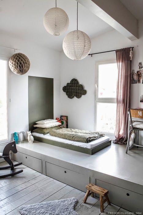 Le lit sur l'estrade: une idée ingénieuse pour créer des rangements pour les nombreux jouets de votre little monsieur! Un superbe effet zen pour cette chambre très reposante: c'est sûr qu'il dormira très bien!