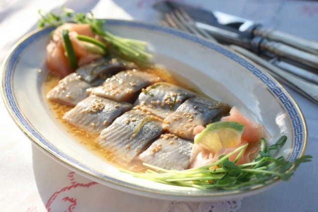 Sill + Sushi= Shill. Japaner brukar tycka om den svenska sillen. Blandningen av det salta, syrliga och lite söta återfinns i japansk mat. Den inlagda sillen har här fått asiatiskt sällskap av sesamolja, soja och ingefära.