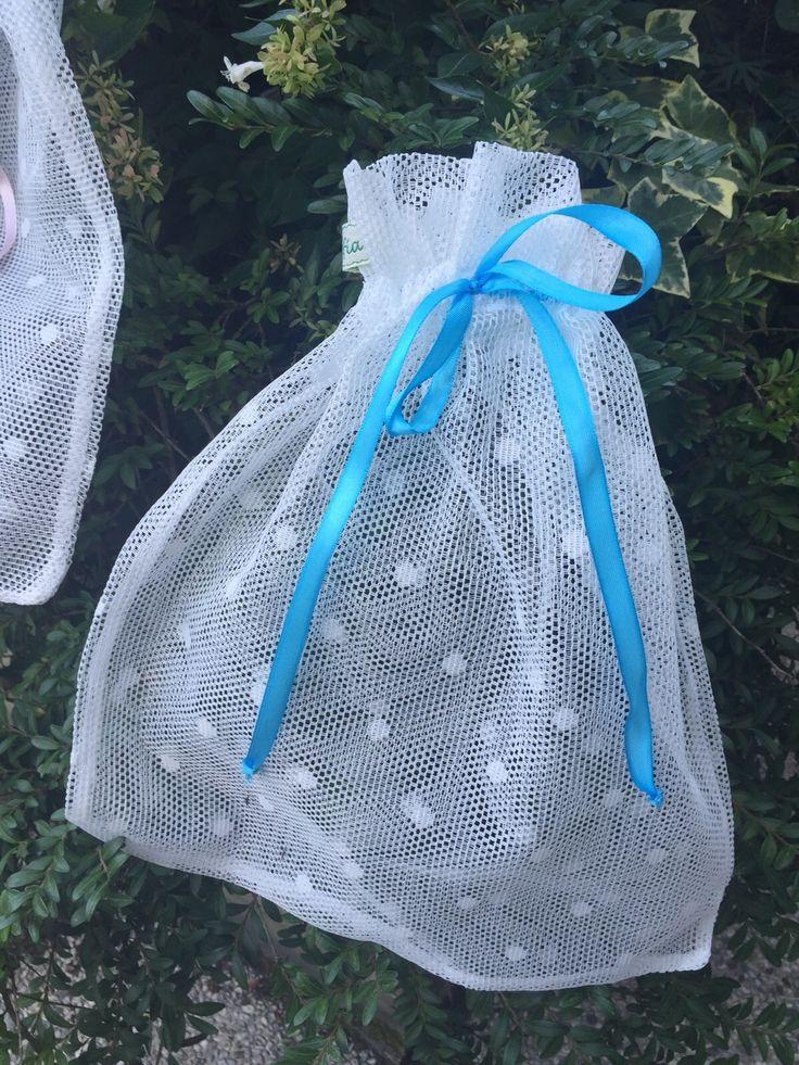 Tanti tessuti ricercati, tutti con nastro in raso. Un bel regalo in cui riporre il primo cambio del neonato. Ottimo anche per ordinare ciò che di prezioso abbiamo o ..vogliamo regalare.