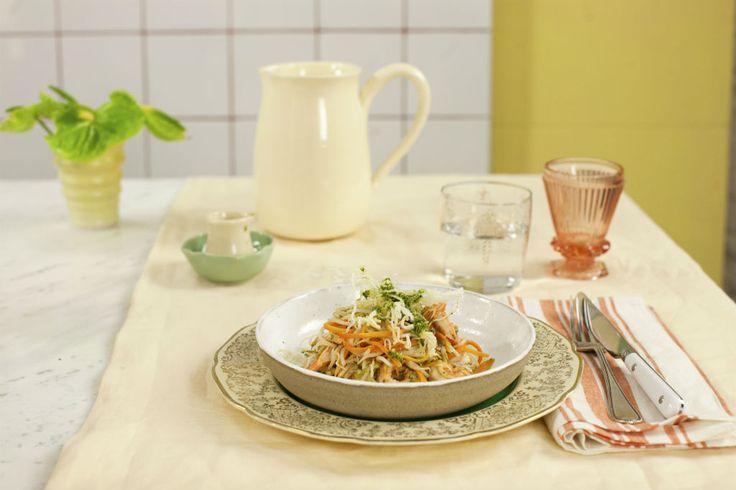 Macarrão de arroz frito com camarão ao pesto de rúcula - Cozinha Prática - GNT