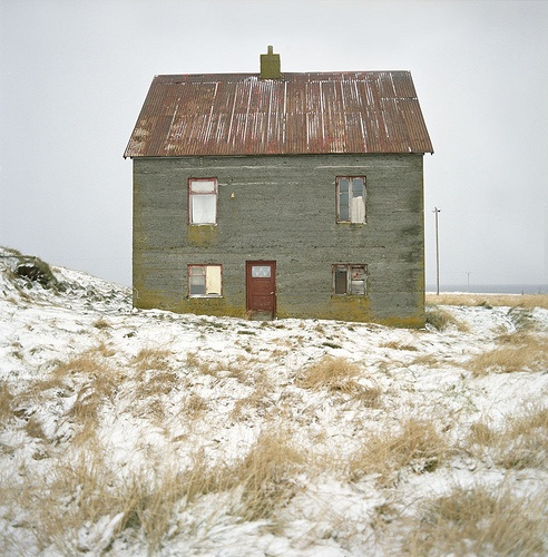 Maison Paulette: Red Doors, Green Houses, Building, Farms Houses, Color, Snow, Old Houses, Winter Houses, Abandoned Houses