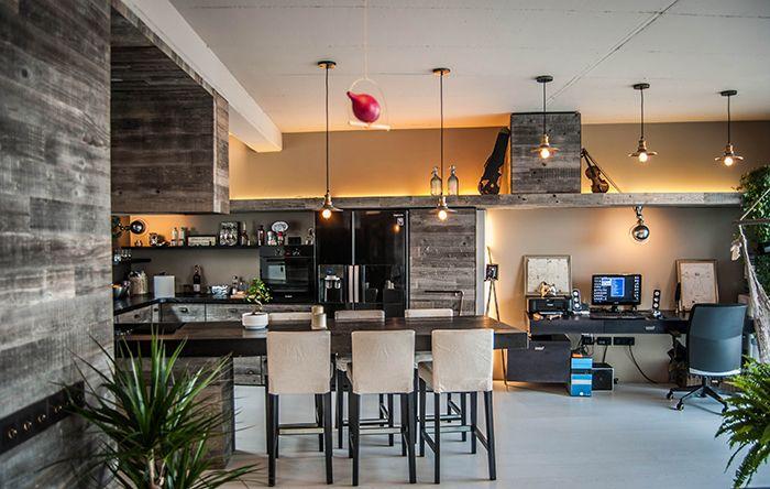 Un apartament nou din București distribuie în rolurile principale: metalul ușor ruginit, lemnul ars și cărămida aparentă