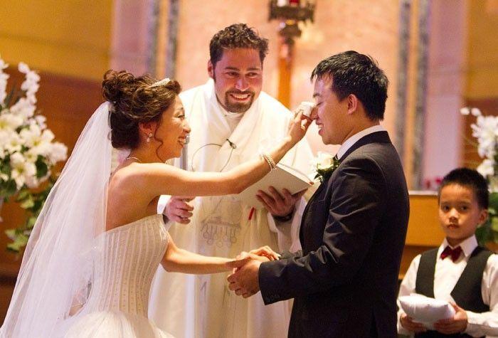 Quem disse que homem não chora? CHORA SIM! Separamos fotos de noivos chorando em seus casamentos, emocionadíssimos com suas noivas! Muito amor!