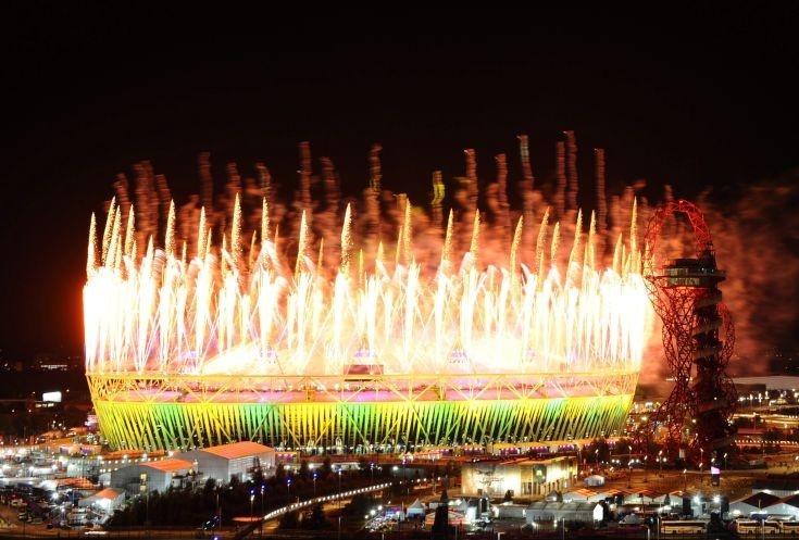 És VÉGE! :-(   Tüzijáték fénye tör a magasba az Olimpiai Stadionból a 2012-es londoni nyári olimpia záróünnepségén 2012. augusztus 12-én. (MTI/EPA/Facundo Arrizabalaga)