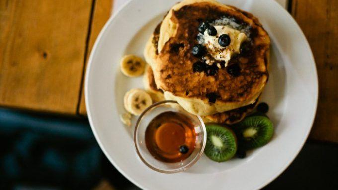 Gegen den haarigen, anhänglichen Kater am Tag nach der Nacht zuvor hilft bekanntermaßen ein deftiges, kräftigendes Frühstück.
